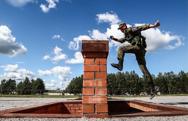Thành viên của đội Nga chinh phục các chướng ngại vật trong phần thi tiếp sức dành cho đơn vị không lực. (Ảnh: TASS)
