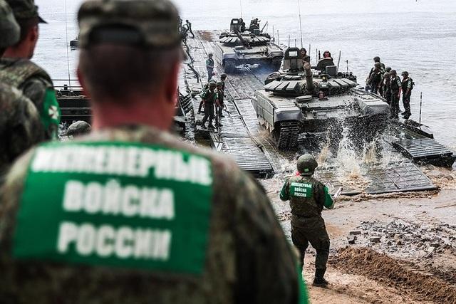 Đội Nga hoàn thành phần thi dành cho các đơn vị công binh lắp cầu phao trên sông Oka. (Ảnh: TASS)