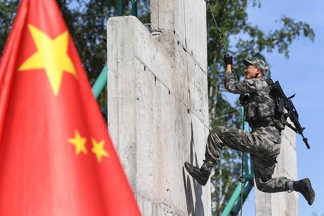 Binh sĩ Trung Quốc tham gia phần thi vượt chướng ngại vật dành cho lực lượng trinh sát. (Ảnh: TASS)