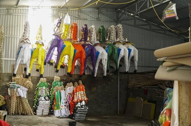Ngựa giấy đủ loại kích cỡ để sẵn khắp nơi, chờ các lái buôn về lấy hàng mang đi.