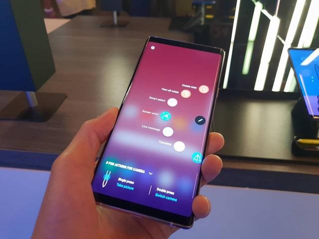Galaxy Note9 vẫn sở hữu thiết kế viền cong vô cực vốn đã mang lại thành công cho Samsung trong vài năm qua.
