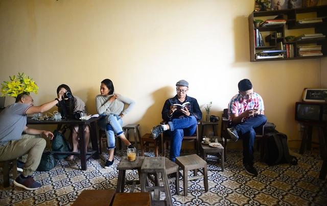 """Giới trẻ Sài Gòn đua nhau """"check in"""" quán cà phê kiểu cổ trong chung cư cũ - 13"""