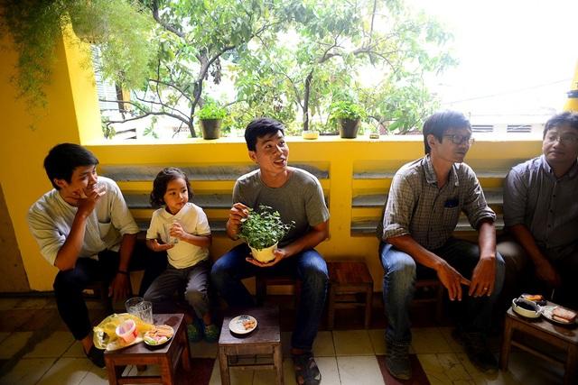 """Giới trẻ Sài Gòn đua nhau """"check in"""" quán cà phê kiểu cổ trong chung cư cũ - 12"""