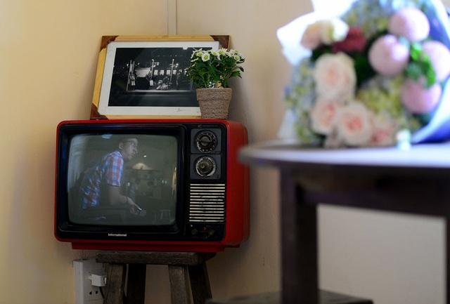 Những bức ảnh, chiếc ti vi cũ được chủ quán sưu tầm đặt trong quán.