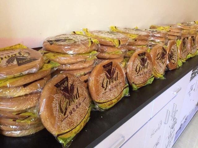 Bánh trung thu xách tay Hồng Kông được bày bán tràn ngập thị trường