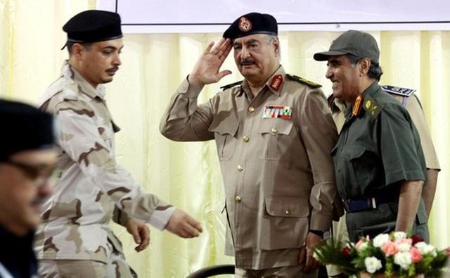 Uy tín của tướng Khalifa Haftar (giữa) đã gia tăng nhờ những chiến thắng trước các tay súng thánh chiến ở Libya thời gian qua Ảnh: REUTERS