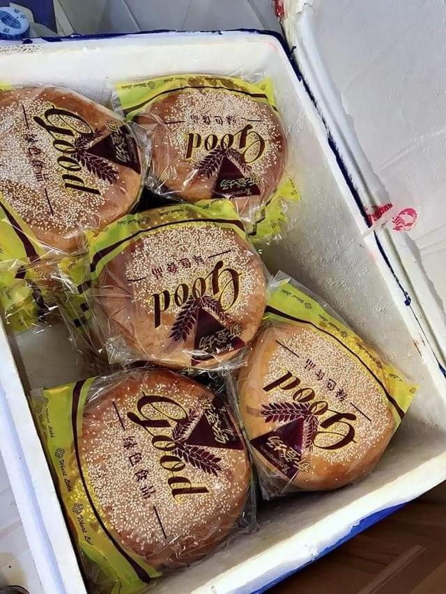 Loại bánh này có giá khoảng 80.000 đồng/chiếc nếu mua lẻ, còn mua buôn giá chỉ 45.000-60.000 đồng/chiếc tùy số lượng