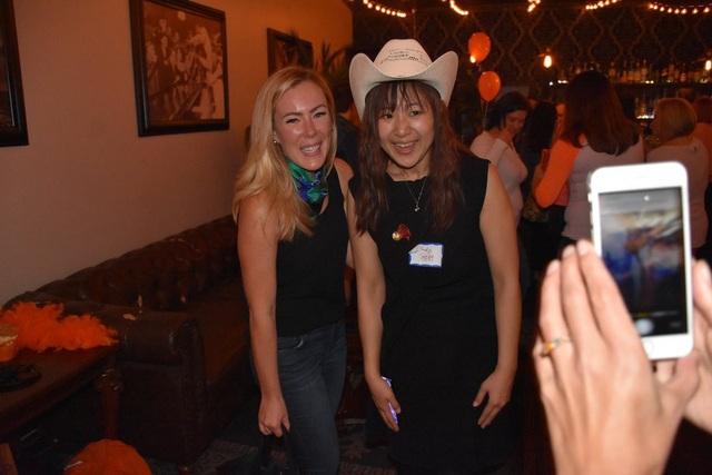 Cindy Mi chụp ảnh cùng giáo viên VIPKid - Ảnh: VIPKID.