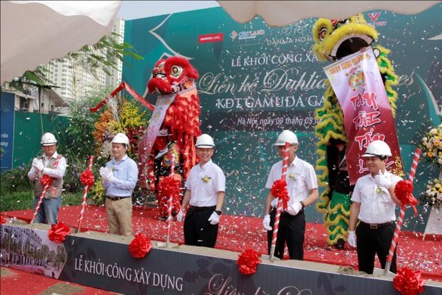 Đại diện chủ đầu tư Gamuda Land Việt Nam, đại diện đơn vị phân phối CENLAND, đại diện đơn vị thi công ICON4, đại diện đơn vị thi công VILAI Việt thực hiện nghi thức khởi công dự án