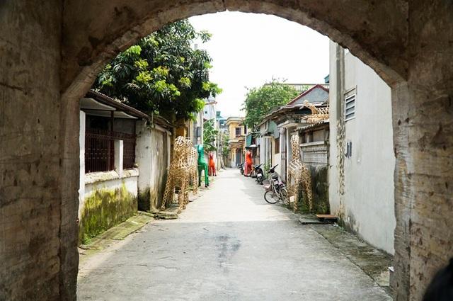 Ngựa giấy của các gia đình làm vàng mã để đầy trên đường làng Phúc Am (xã Duyên Thái, Thường Tín, Hà Nội). Đây là mặt hàng vàng mã đỏi hỏi nhiều công sức sản xuất.