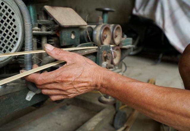 Nhiều máy móc được sử dụng để giảm thời gian và công sức hoàn thành sản phẩm. Một gia đình có hai người làm vàng vã trung bình được khoảng 150.000 đồng sản phẩm, trừ tiền nguyên liệu đi thì cũng chỉ còn lấy công làm lãi.