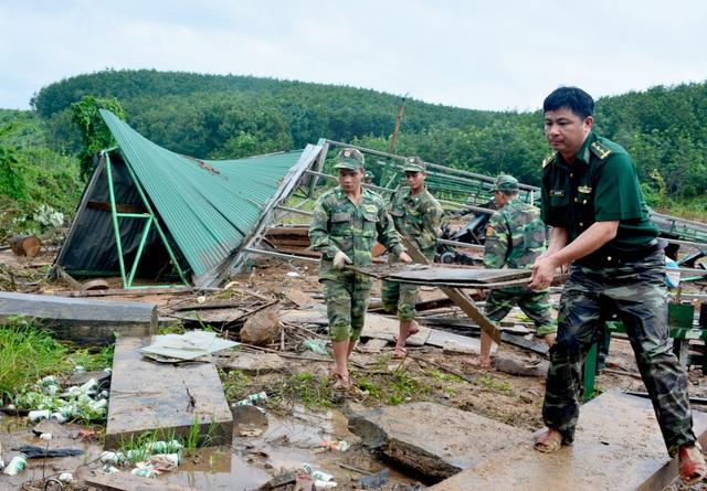 Những chiến sỹ biên phòng đang giúp người dân xây dựng lại nhà cửa