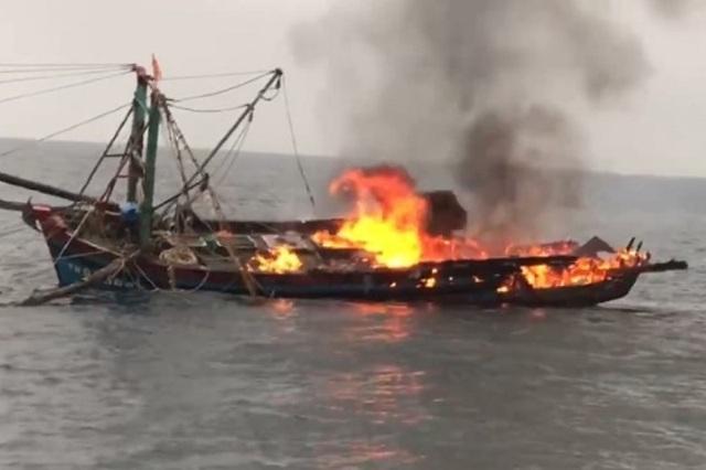 Tàu cá bốc cháy trên biển