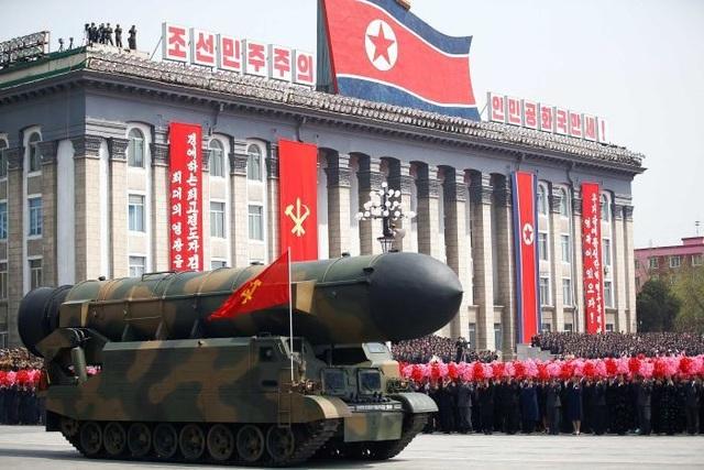 Tên lửa Triều Tiên diễu binh tại Bình Nhưỡng (Ảnh: Reuters)