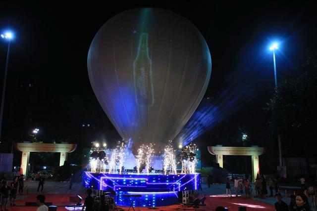Khinh khí cầu khổng lồ và phần trình diễn 3D Mapping mãn nhãn