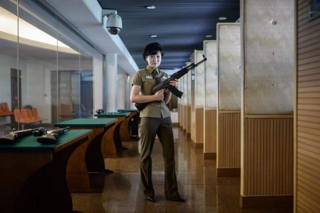 Nữ hướng dẫn viên Kim Ju-yang, 20 tuổi, cầm khẩu súng trường tấn công do chính Triều Tiên sản xuất tại trường bắn Meari ở Bình Nhưỡng ngày 19/7. Tại đây, các khách tham quan có thể bắn thử các loại súng do Triều Tiên và nước ngoài chế tạo với giá 1 USD/ lần bắn.