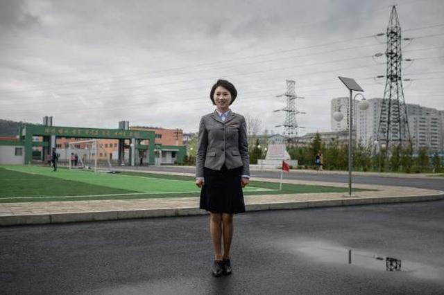 Nữ sinh viên, kiêm cựu quân nhân lực lượng quân đội nhân dân Triều Tiên Ma Song-hui chụp ảnh vào ngày 14/5 tại trường cao đẳng sư phạm ở Bình Nhưỡng, nơi cô Ma đang theo học.