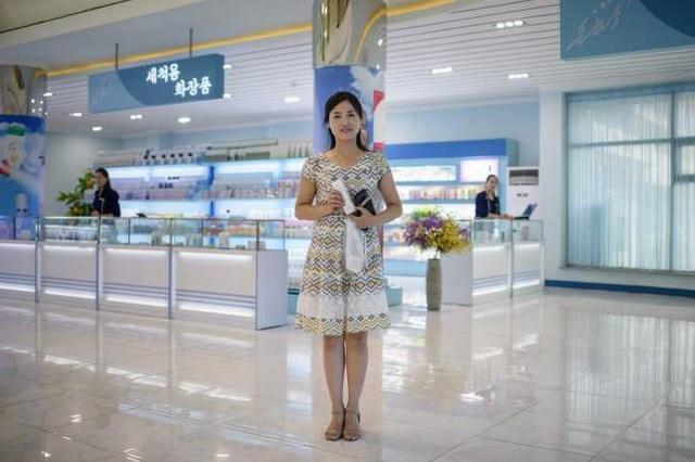 Nữ khách hàng Pay Ok-hyang, 24 tuổi, tại cửa hiệu của nhà máy mỹ phẩm Bình Nhưỡng ngày 28/7.
