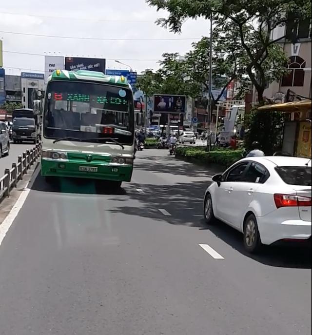 Xe buýt chạy ngược chiều trên đường Nguyễn Văn Cừ (ảnh cắt từ clip)