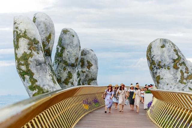 Cây cầu đưa lại cho những người bước đi trên đó một góc nhìn ngoạn mục, chiêm ngưỡng toàn bộ phong cảnh thiên nhiên tuyệt đẹp xung quanh và đang trở thành một điểm đến hấp dẫn du lịch đối với những ai có dịp đi qua Đà Nẵng.