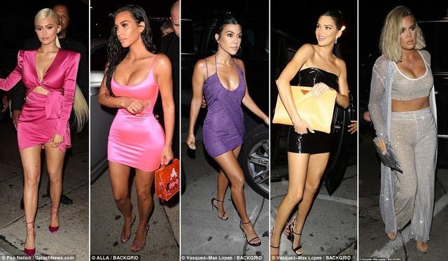 Các chị em gái nhà Kardashian - Jenner cùng nhau mừng tiệc sinh nhật em út Kylie. Từ trái sang phải: Kylie Jenner - Kim Kardashian - Kourtney Kardashian - Kendall Jenner - Khloe Kardashian.