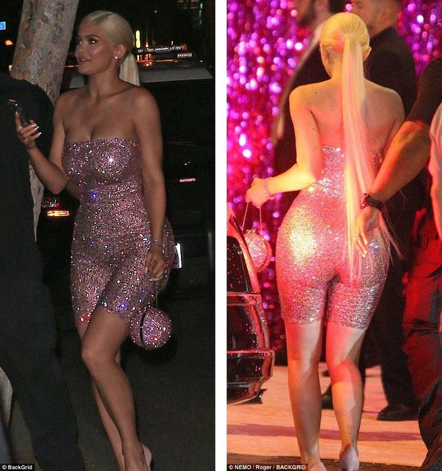 Sau bữa tiệc tối, Kylie bắt đầu chiêu đãi gia đình và bạn bè tiệc đêm tưng bừng. Cô thay bộ đồ thứ hai gợi cảm hơn.