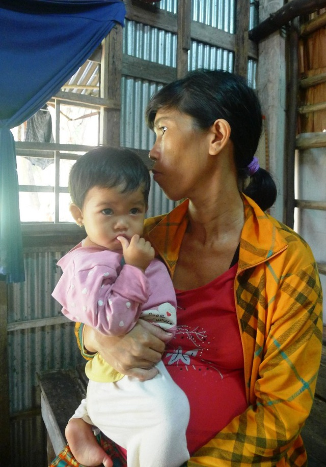 Vì quá nghèo, bệnh tật và cần tiền đi sinh mổ nên chị Hồ Thị Quý đứt ruột tìm người cho bé Lê Thị Cẩm Thu (15 tháng tuổi)