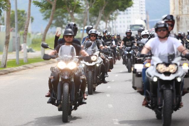Mới đây, anh vừa trải qua hành trình 1.000 cây số để tham gia sự kiện hội tụ 3 miền của câu lạc bộ xe mà anh tham gia. Nhiều người dân và du khách tỏ ra bất ngờ khi nhận ra MC Anh Tuấn trong đoàn xe mô tô diễu hành khắp các con phố của thành phố biển Đà Nẵng.