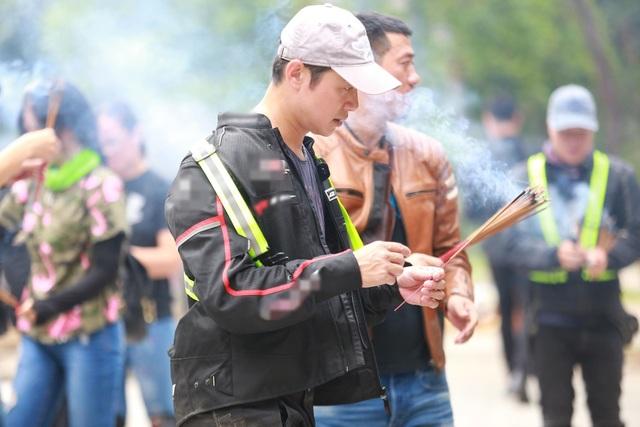 Trong 2 ngày, cả đoàn đã di chuyển từ Hà Nội, vượt qua 1.000 cây số đường vòng đến Đà Nẵng. Trên đường đi, MC Anh Tuấn và các anh em có dừng lại ở nghĩa trang Trường Sơn để thắp hương tưởng nhớ các anh hùng liệt sỹ.