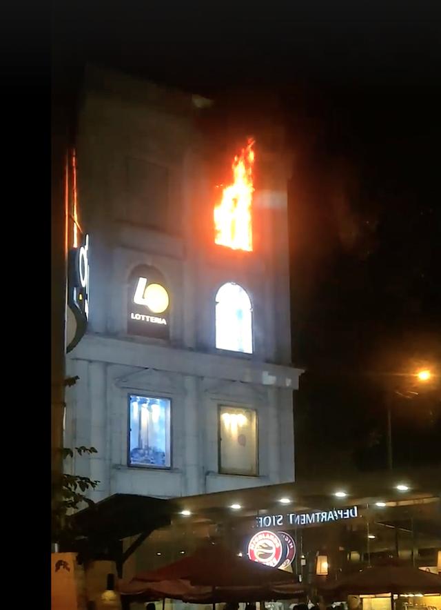 Đám cháy xuất phát từ bảng hiệu đèn led ở tầng 3 của Diamond Plaza.