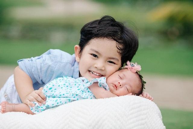 Khánh Thi hạnh phúc chia sẻ niềm vui làm mẹ của mình, cô khoe ảnh hai con mới chụp khi bé Anna tròn một tháng tuổi. Cả hai bé đều có nét giống bố Phan Hiển.