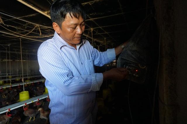 Anh Cẩn trang bị hệ thống loa khắp khu chuồng nuôi rộng 2.000 m2 cho gà nghe nhạc