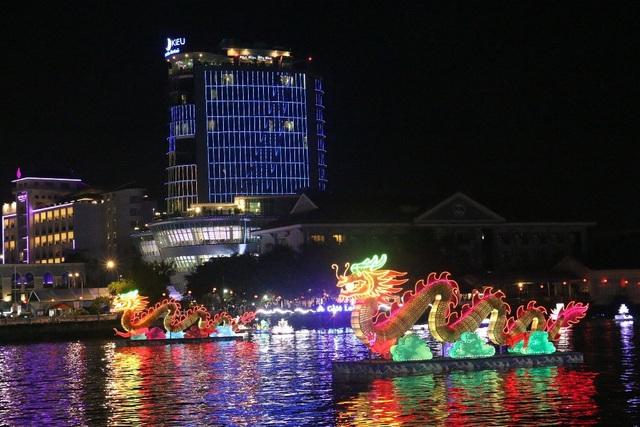 Cặp rồng đèn nghệ thuật cao 4m, dài 12m rất thu hút người xem