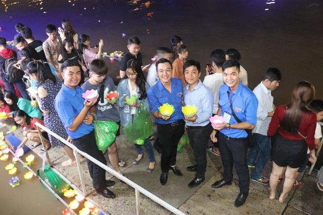 Đêm hoa đăng Ninh Kiều rất thu hút bạn trẻ đến tham gia thả đèn