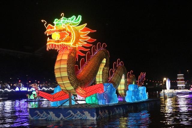 Cặp rồng nghệ thuật cao 4m, dài 12m mô hình cặp rồng cao 4 mét, dài 12 mét, rộng 4 mét có ý nghĩa minh họa cho tên gọi Rạch Khai Luông nghĩa là mở hướng rồng bay