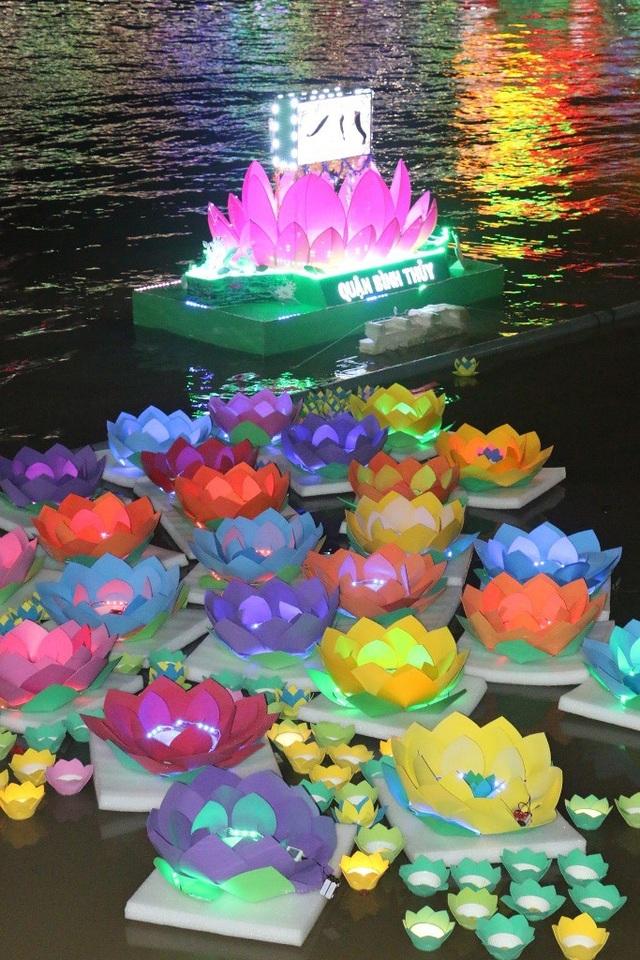 Trên các khúc sông được thả hoa đăng ngập ánh đèn hoa thế này