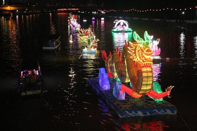 """Dập dìu đèn hoa… """"trôi"""" trên sông Cần Thơ - 6"""