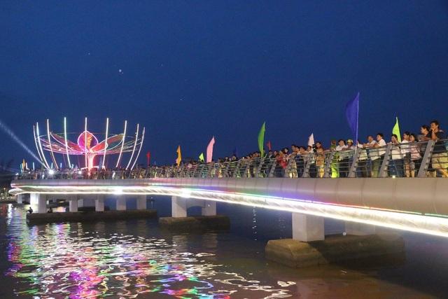 Đêm hoa đăng Ninh Kiều thu hút hàng nghìn lượt du khách đến xem
