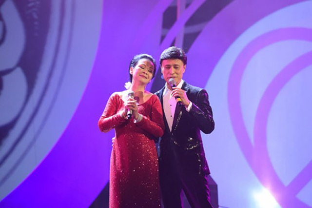 Khánh Ly song ca cùng Tuấn Ngọc trong một lần về nước biểu diễn.