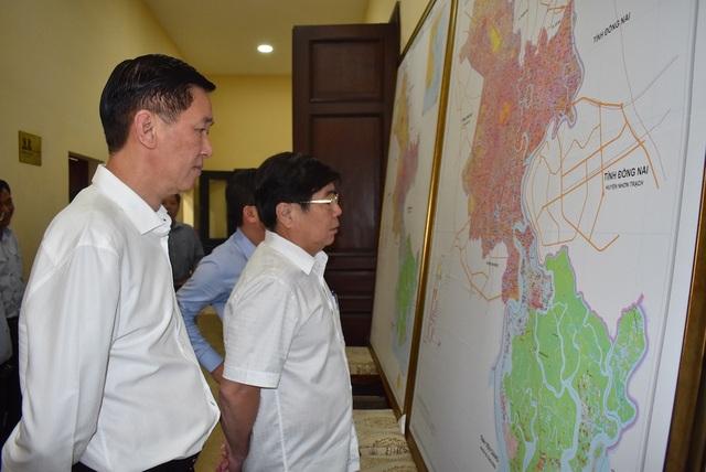 Chủ tịch UBND TPHCM Nguyễn Thành Phong và Phó Chủ tịch Trần Vĩnh Tuyến (trái) xem bản đồ điều chỉnh quy hoạch và kế hoạch sử dụng đất đến năm 2020 của thành phố