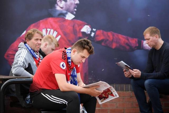 Cổ động viên MU đến sớm chờ đợi để vào sân Old Trafford theo dõi trận đấu