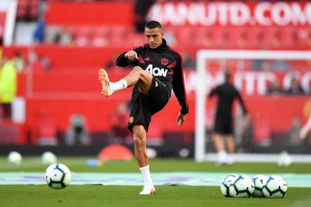 Sanchez khởi động trước trận, tiền đạo người Chile nhận trách nhiệm gánh vác hàng công của Quỷ đỏ