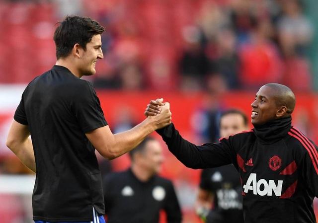 Maguire (trái) bắt tay Young trên sân Old Trafford, họ là đồng đội của nhau ở tuyển Anh dự World Cup 2018 vừa qua. Maguire là mục tiêu theo đuổi của MU ở kỳ chuyển nhượng mùa Hè vừa qua, song Leicester không bán người