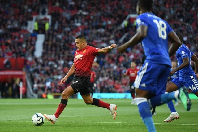 Ngay phút thứ hai, Sanchez đã sút bóng trúng tay cầu thủ Leicester trong vòng cấm địa