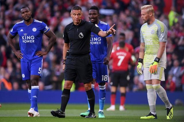 Bất chấp sự phân bua của các cầu thủ Leicester, trọng tài vẫn cho MU được hưởng phạt đền.