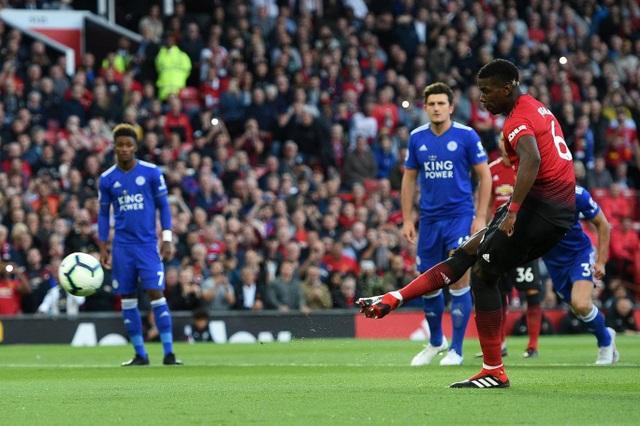 Pogba nhận trách nhiệm đá phạt 11m, tiền vệ người Pháp bình tĩnh sút bóng vào khung thành hạ gục thủ môn Schmeichel mở tỉ số trận đấu