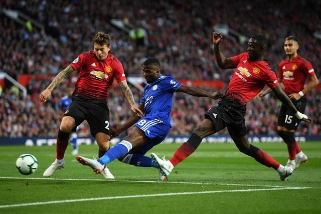Các cầu thủ Leicester tấn công không ấn tượng trong khoảng thời gian dài. Bailly (thứ hai từ phải sang) thi đấu chắc chắn với nhiều pha cắt bóng xuất sắc