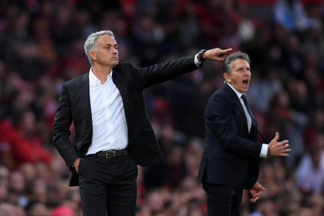 Mourinho chỉ đạo học trò thi đấu khá điềm tĩnh bên ngoài đường biên