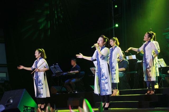 Nhóm Cỏ Lạ trình diễn đẹp mắt Non nước Cao Bằng.