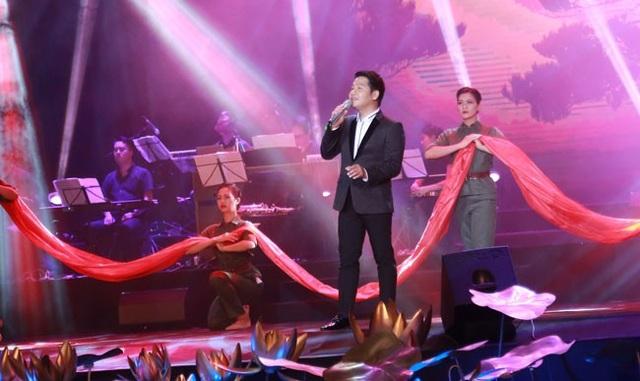 Đêm nhạc của Nguyễn Trọng Tạo còn có sự góp mặt của ca sĩ Trọng Tấn với ca khúc Đồng Lộc thông ru...
